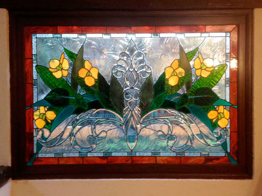vitral con relieve de escudo